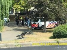 Vuurwapen, messen en drugs aangetroffen bij overlastgevende groep in Arnhem