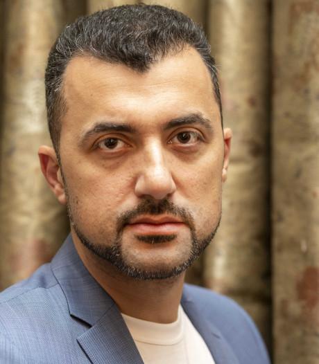 Özcan Akyol keert met Onze man in Deventer terug op NPO Radio 1