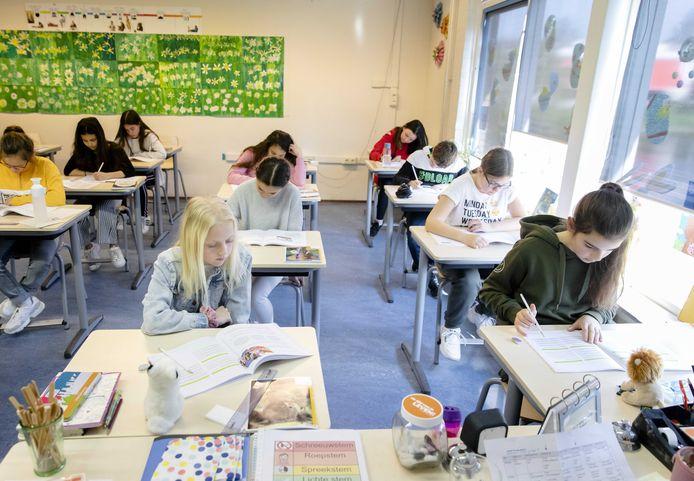 Leerlingen bezig met de eindtoets.