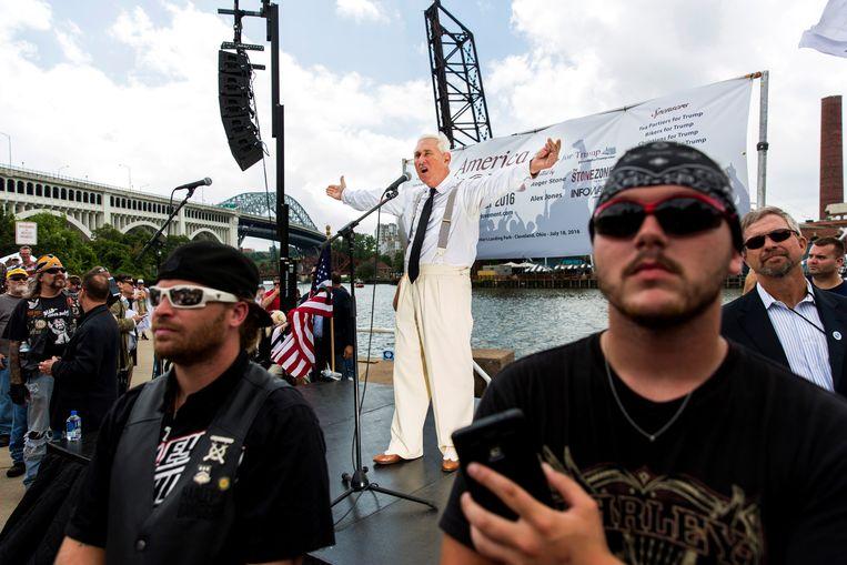 Roger Stone steekt in juli 2016 een tirade af over de 'crimineel' Hillary Clinton tijdens een Trump-rally in Cleveland. Beeld Foto Getty