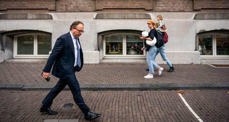 Minister Wouter Koolmees van Sociale Zaken en Werkgelegenheid (D66) loopt langs het Plein op weg naar zijn ministerie na afloop van de ministerraad. Beeld Freek van den Bergh / de Volkskrant
