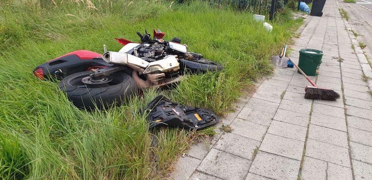 De motorrijder en de personenwagen botsten tegen elkaar. Beide voertuigen raakten zwaar beschadigd. De motorrijder werd afgevoerd naar het ziekenhuis