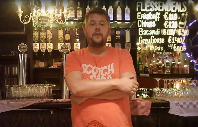 Sytse Tamminga achter de bar van zijn café Het Dak van de Markt.
