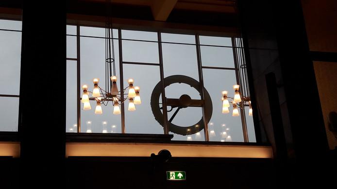 Ook de deels vernieuwde, deels herstelde kroonluchters in het station Eindhoven hangen weer. Een lamp per kroonluchter is uit; die moet nog aangesloten worden op de noodverlichting.