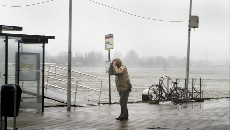 Een man staat in de storm op Java-eiland. Beeld Najib Nafid