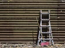 Inbraak loopt uit de hand: duo raakt verwikkeld in worsteling met bewoners, vlucht en laat ladder achter