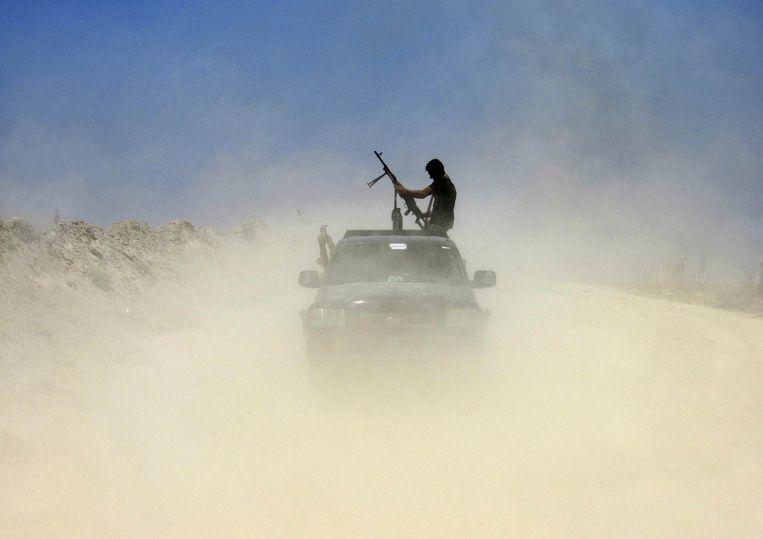 Een strijder van de Badr Bigades, een sji'itische militie, op weg naar Fallujah. Beeld ap