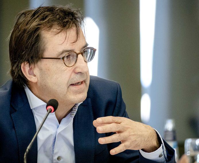 Diederik Gommers, anesthesioloog-intensivist in het Erasmus MC, praat de Tweede Kamer bij over de ontwikkelingen rond het coronavirus.