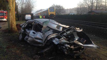 """Jongeman rijdt zich vast op spoor terwijl trein aankomt, maar wordt gered door buurman: """"Auto zeker 30 meter weg gekatapulteerd"""""""
