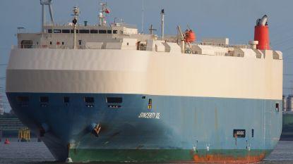 Schip met 3.500 nieuwe Nissans drijft stuurloos op de oceaan na brand, vijf bemanningsleden mogelijk omgekomen