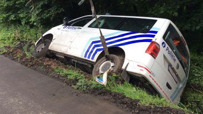 Bestuurder verdacht voertuig probeert politiecombi's te rammen, één combi belandt in gracht