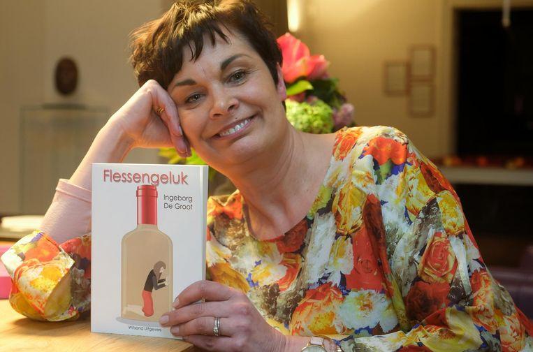 Ingeborg De Groot met haar boek Flessengeluk, waarin ze vertelt over de moeilijke weg om af te kicken.