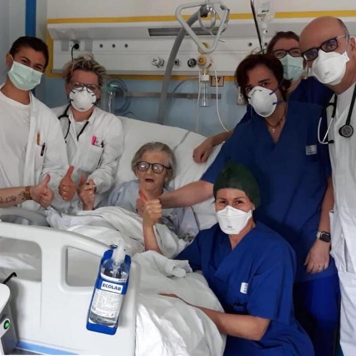 De hoogbejaarde vrouw is genezen verklaard.