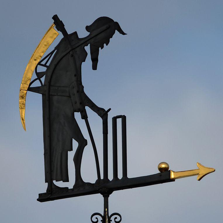 De legendarische Old Father Time-windvaan waakt over cricketstadion Lord's in Londen. Beeld Getty Images