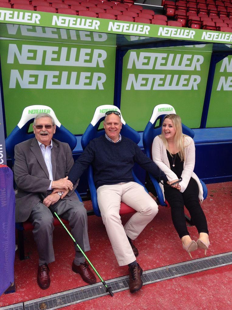 Roger Simons (links) op vaderdag 2015 met zijn zoon Stefaan en kleindochter India - die hem 'opa' noemde - in de dugout van Chrystal Palace, Stefaans favoriete club .