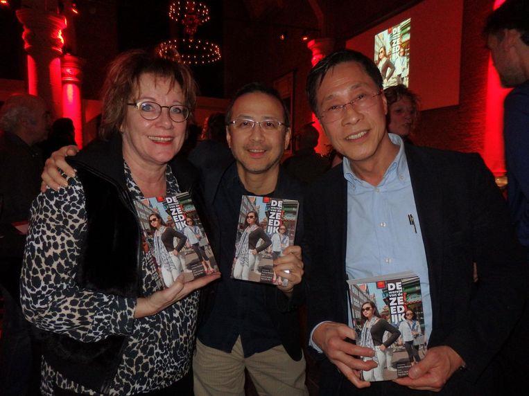 Drie van de vijf eerste-exemplaarontvangers: Janny Alberts (NV Zeedijk), John Lie (Biz Zeedijk) en Tony Fung (Chinese Ondernemersvereniging Amsterdam) Beeld Schuim