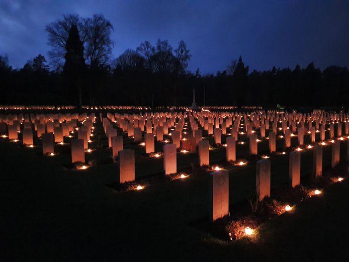 Kaarsjes op kerstavond op de Canadese Begraafplaats in Holten