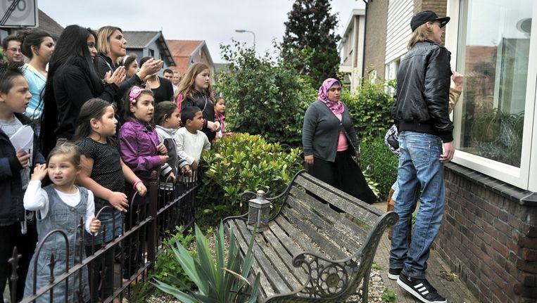 Juli 2011: Buurtbewoners willen dat een bestuurslid van pedovereniging Martijn uit hun buurt verdwijnt en protesteren bij hem voor de deur. Beeld null