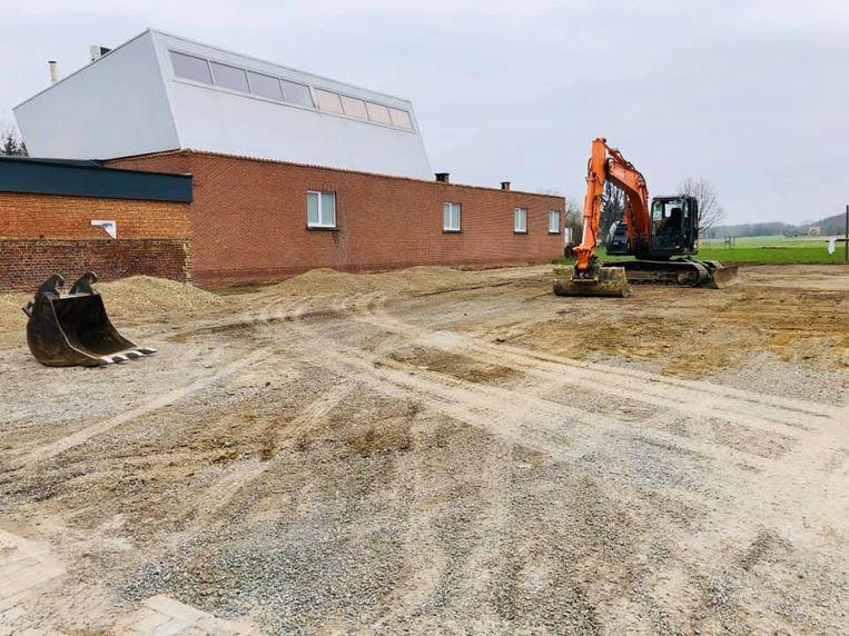 De parking naast de Vrije Basisschool in Houwaart wordt heraangelegd.