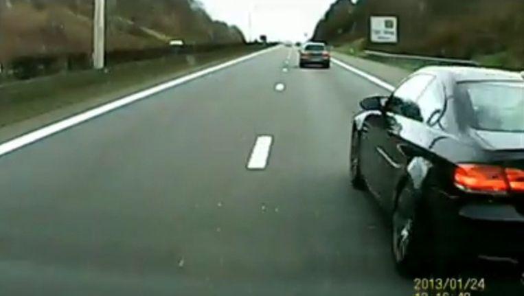 De BMW steekt langs rechts voorbij. De datum in de dashboardcamera is verkeerd ingesteld.