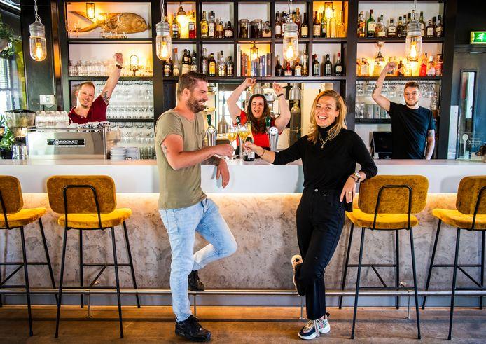 De winnaar van de Pollepel 2020 in het Groene Hart: Bistronoom in Woerden. Op de voorgrond links de eigenaren Jan Cees Graafland en Kirsten Veltkamp.
