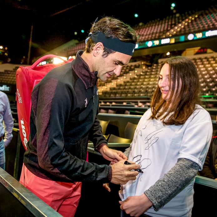 Roger Federer deelt een handtekening uit.