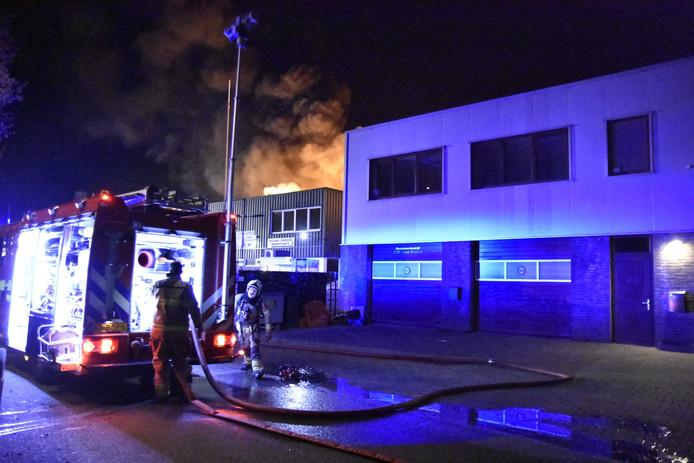 De brandweer bezig met het blussen van de brand in Arnhem.
