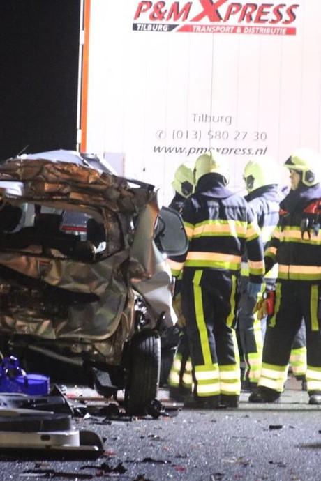 Man zwaargewond door twee vrachtwagens die op zijn auto reden bij A50 Nistelrode