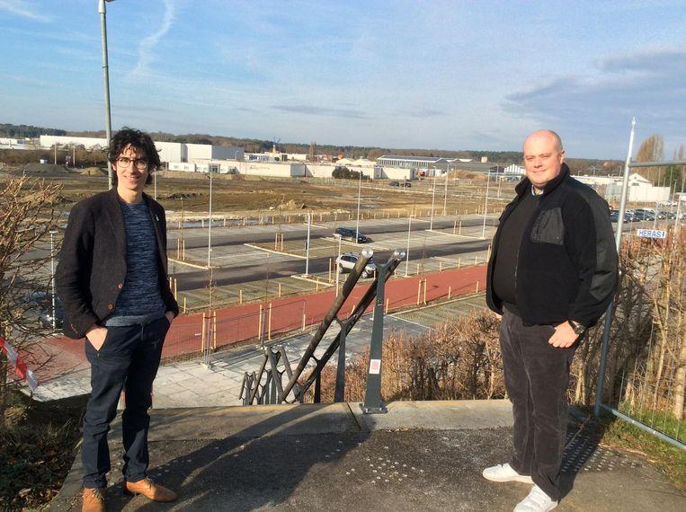 Schepen van Lokale Economie Mattias Paglialunga en raadslid Hans Heens met zicht op de vroegere terreinen van Marlux.