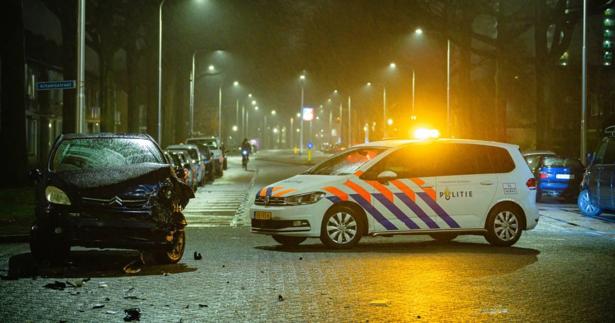 Automobiliste raakt gewond bij botsing op kruising in Tilburg.
