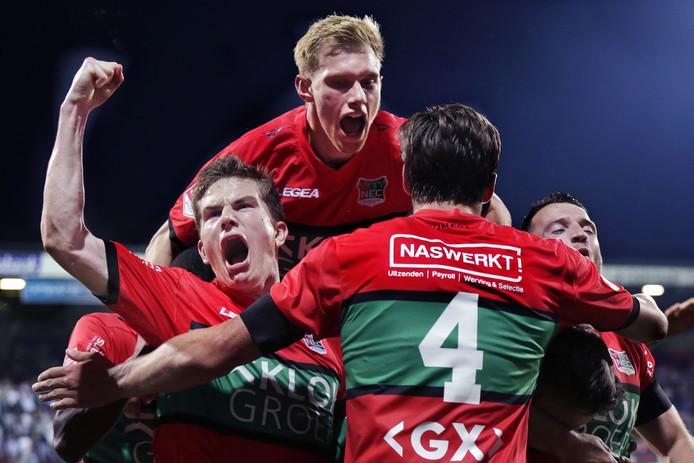 Tom van de Looi (linksonder) samen met Jellert van Landschoot (boven), Josef Kvida (4) en Randy Wolters in extase na een goal van NEC.