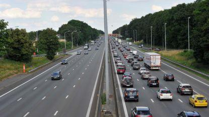 Zwaargewonde bij ongeval op E40 in Bertem richting Brussel: rechterrijstrook versperd