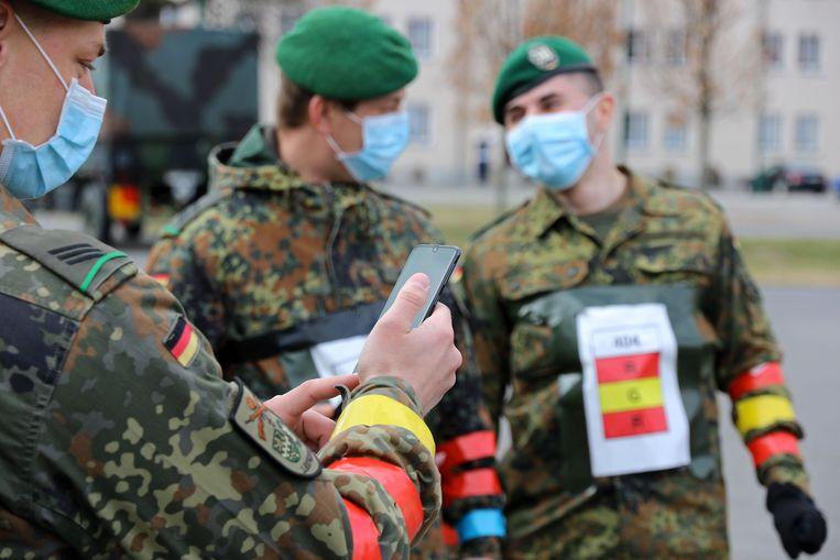 Duitse militairen testen op een kazerne in Berlijn een app die moet helpen om verspreiding van het coronavirus te traceren. Beeld AFP