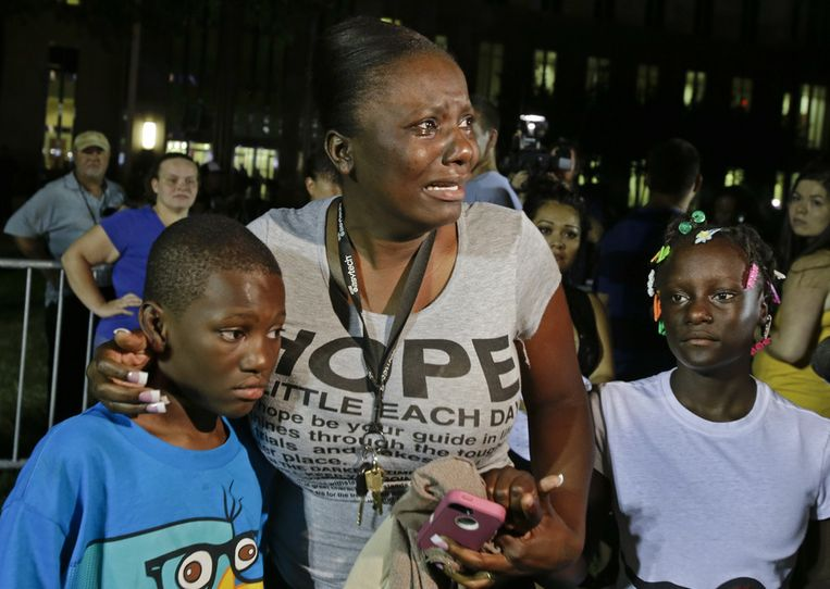 Darrsie Jackson en haar kinderen na het vernemen van de uitspraak, buiten bij de rechtbank in Sanford, Florida. Beeld ap