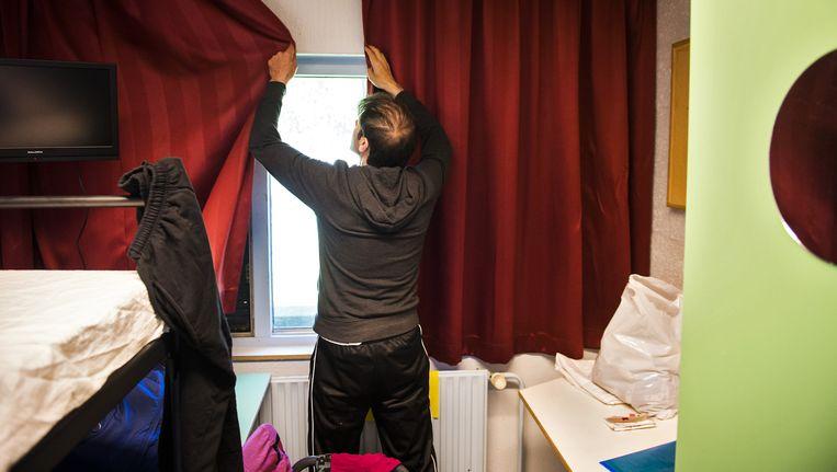 Een vluchteling in een opvangcentrum. Vanwege de grote toestroom van asielzoekers is er opvang geregeld in leegstaande gevangenissen, zoals in Veenhuizen. Beeld anp