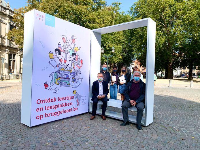 Een reusachtig opengeklapt boek op de Burg promoot Brugge Leest.