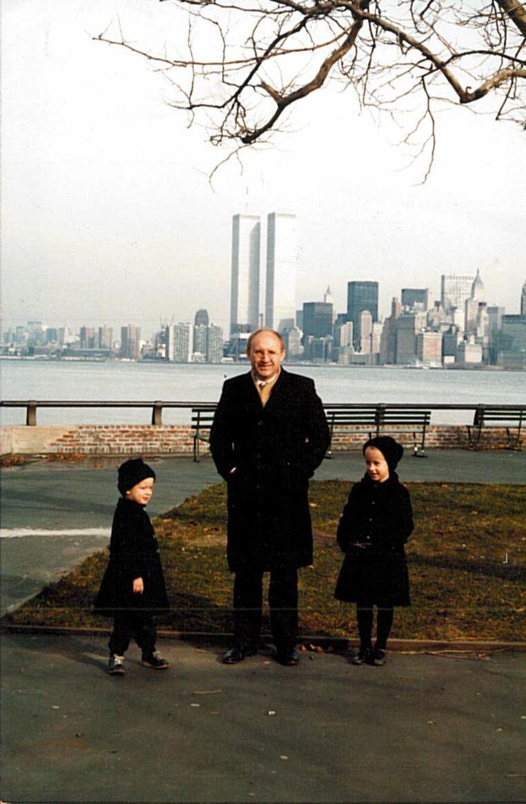 Eva met haar vader en broer Jan in New York. Beeld