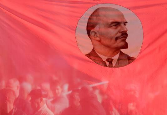 Aanhangers van de Communistische Partij brengen met vlaggen een eerbetoon aan Lenin, ter herdenking van de honderdste verjaardag van de revolutie.