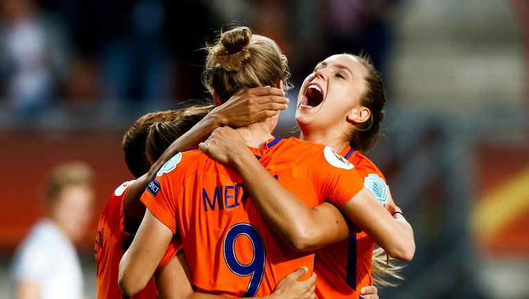 Lieke Martens (rechts) deelt in de feestvreugde na de 1-0 van Vivianne Miedema (9). Beeld anp