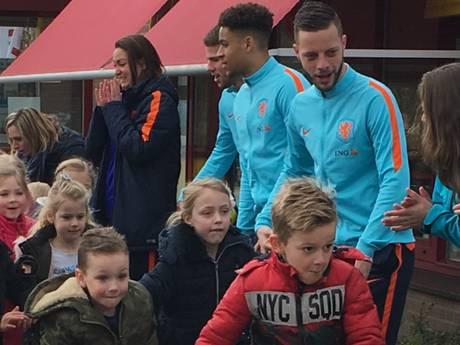 Spelers Jong Oranje rennen met Doetinchemse basisscholieren