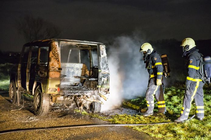Uitgebrande auto aangetroffen in buitengebied.