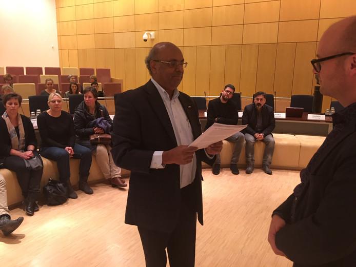 Mahin Jankie leest de petitie voor aan gemeenteraadslid Pepijn Oomen.