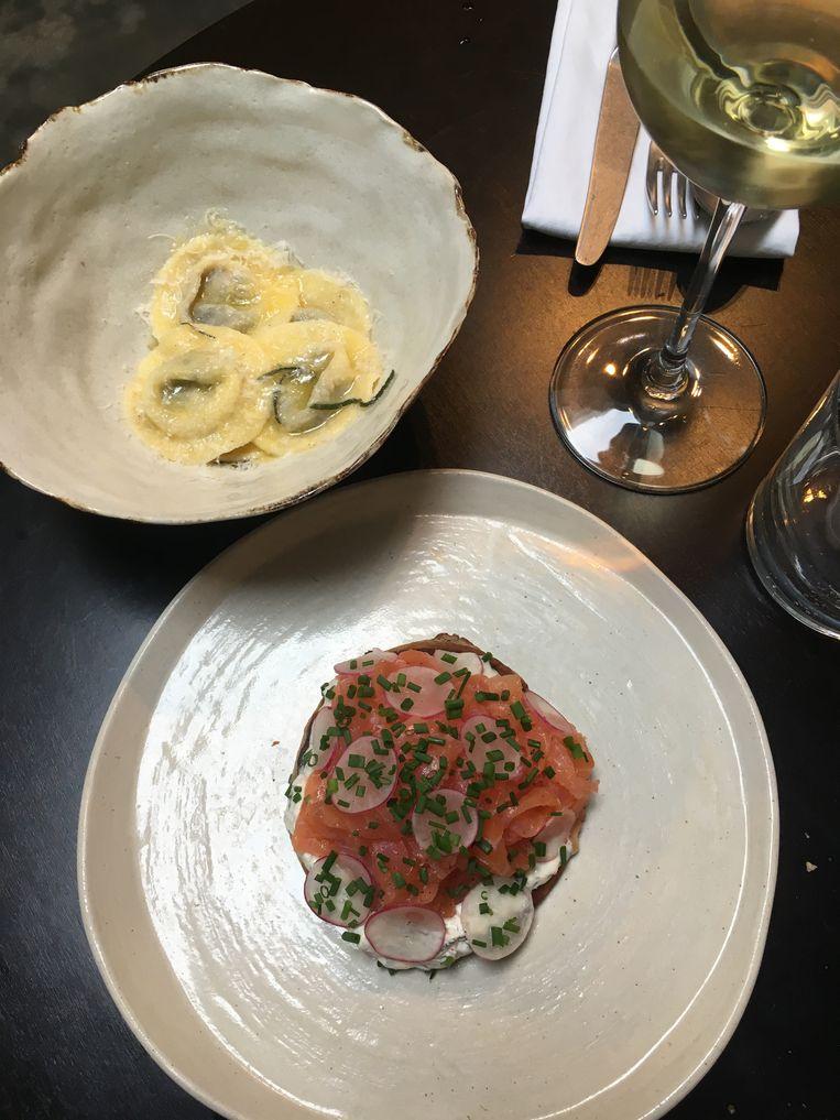 Portobello ravioli met salie boter en de gerookte zalm met zure room, radijs, dille en rode ui