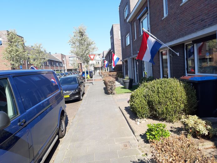 Aan de Schietspoel hebben meerdere mensen vandaag de vlag uitgehangen.