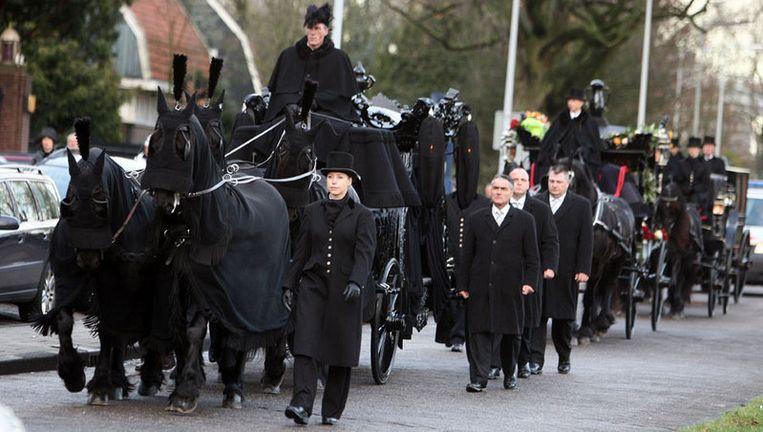 De begrafenisstoet met de kist van Ramses Shaffy trekt dinsdag door de binnenstad van Amsterdam. Foto ANP Beeld