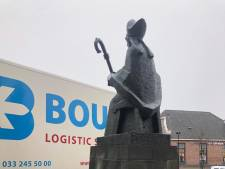 Plechelmusbeeld in Oldenzaal bijna van sokkel gereden