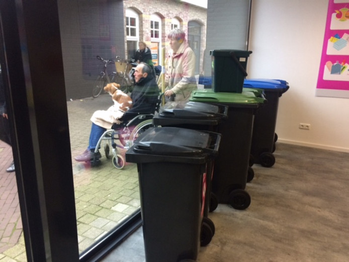 De nieuwe kliko's in de 'etalage' van de Udense afvalwinkel.