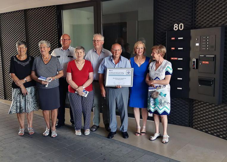De bewoners van de appartementen namen het certificaat maandag in ontvangst van burgemeester Vera Celis (N-VA) en diefstalpreventieadviseur Jos Delarbre.