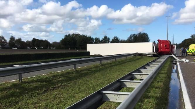 Vrachtwagen met varkensvlees kantelt op N44: weg versperd richting Aalter