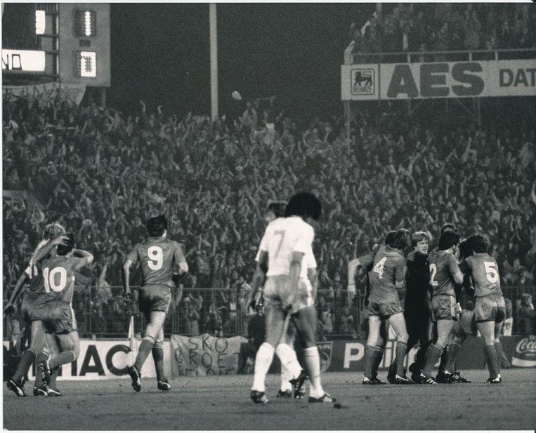In de heenmatch van de barrageduels richting WK 1986 kloppen de Rode Duivels Nederland met 1-0, dankzij een doelpunt van Franky Vercauteren.